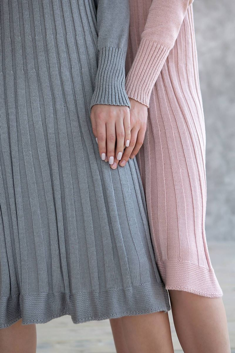 Серое платье полуоблегающего силуэта 000-186 - Victorya-Shop.com
